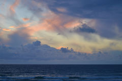 Conclusione tempestosa del giorno dal mare Fotografia Stock