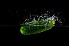 Concombre éclaboussant l'eau Images stock