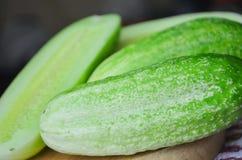 Concombre coup? en tranches sur la planche ? d?couper, ingr?dient de salade photo stock