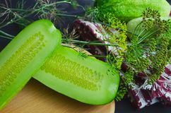 Concombre coup? en tranches sur la planche ? d?couper, ingr?dient de salade, concombres frais sur une table photos stock