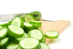 Concombre et couteau Photographie stock