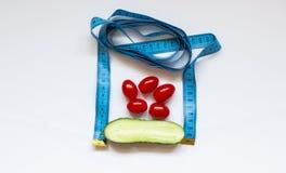 concombre et tomates frais sur un fond blanc photo libre de droits