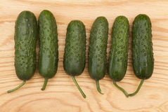 Concombre frais vert sur un conseil en bois photo stock