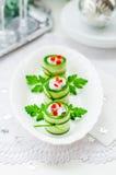 Concombre Rolls bourrée du feta, des herbes, du poivron et du noir Oliv Image stock