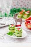 Concombre Rolls bourrée du feta, des herbes, du poivron et du noir Oliv Photographie stock libre de droits