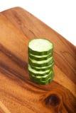Concombre sur un conseil en bois Photo libre de droits