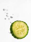 Concombre tombant dans l'eau image stock