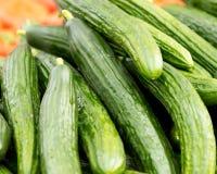 Concombres au marché de l'agriculteur Photos stock