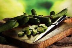 Concombres frais et coupés en tranches Concombres coupés en tranches sur une planche à découper Photographie stock