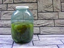Concombres marinés dans le pot sur le fond en pierre images libres de droits