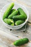 Concombres verts frais dans un beau panier Photo stock