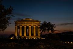 Concordia希腊寺庙在日落期间的在阿哥里根托,西西里岛 库存图片