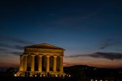 Concordia希腊寺庙在日落期间的在阿哥里根托,西西里岛 免版税图库摄影