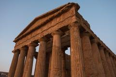 Concordia希腊寺庙在日落期间的在阿哥里根托,西西里岛 图库摄影