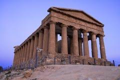 Concordia希腊寺庙在日落期间的在阿哥里根托,西西里岛 库存照片