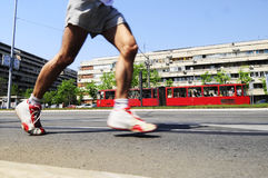 Concorrente corrido durante a raça de maratona Imagens de Stock Royalty Free