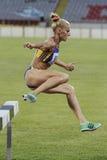 Concorrente da mulher na corrida de obstáculos de 3000m Fotos de Stock Royalty Free