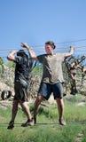 Concorrente fêmea e masculino que cruza o fio apertado que tenta pendurar sobre Fotografia de Stock Royalty Free
