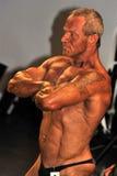 Concorrente masculino do halterofilismo que mostra sua pose da caixa Foto de Stock