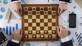 Concorrentes do negócio que jogam o jogo de xadrez, empresa que toma a etapa estratégica no mercado imagem de stock