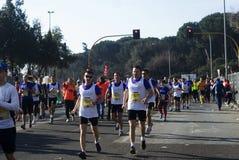 Concorrentes que correm em uma maratona fotos de stock