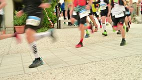 Concorrenti del corridore che iniziano ultra una traccia ad eseguire concorrenza - dettaglio delle gambe dei corridori all'inizio stock footage
