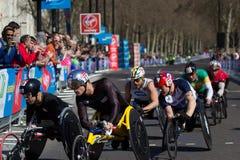 Concorrenti della sedia a rotelle alla maratona vergine 2013 di Londra fotografia stock