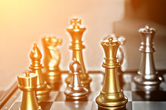 Concorrenza in affare, pezzi degli scacchi e foto luminosa w di concetto Fotografia Stock