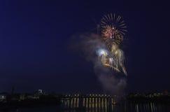 Concorrenza dei fuochi d'artificio alla notte Fotografia Stock