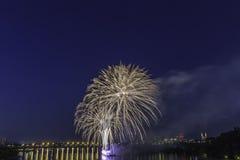 Concorrenza dei fuochi d'artificio alla notte Immagini Stock Libere da Diritti