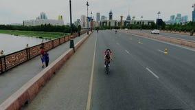 Concorrenza del mondo di triathlon per i forti e sportsmans sicuri di sé Tiro aereo dei ciclisti dai paesi differenti archivi video