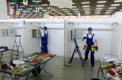 Concorrenza di giovani elettricisti Tjumen' La Russia Immagini Stock Libere da Diritti