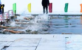 Concorrenza di nuoto nell'acqua ghiacciata fotografia stock libera da diritti