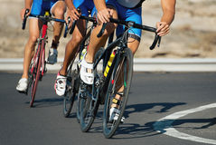 Concorrenza di riciclaggio, atleti del ciclista che guidano una corsa fotografia stock