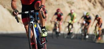 Concorrenza di riciclaggio, atleti del ciclista che guidano una corsa fotografia stock libera da diritti