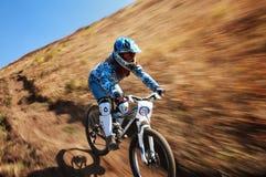 Concorrenza estrema della bici di montagna di autunno Immagini Stock