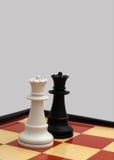 Concorrenza femminile - due regine di scacchi Immagini Stock Libere da Diritti