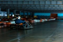 Concorrenza karting dinamica a velocità con moto confuso su un ippodromo fornito fotografie stock libere da diritti