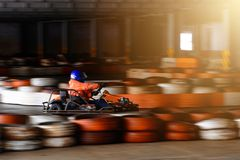 Concorrenza karting dinamica a velocità con moto confuso su un ippodromo fornito immagini stock