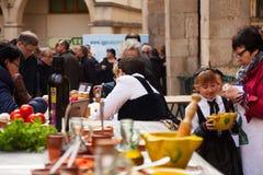 Concorrenza per migliore salsa per calsot arrostito a Valls immagini stock