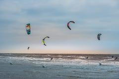 Concorrenza praticante il surfing dell'aquilone sulle onde fotografie stock