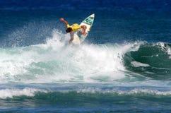 Concorrenza praticante il surfing di campionato in Hawai Fotografie Stock