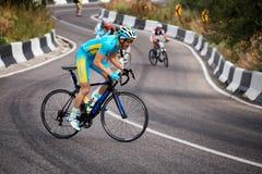 Concorrenza in salita andante in bicicletta Fotografia Stock