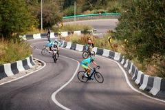 Concorrenza in salita andante in bicicletta Immagini Stock
