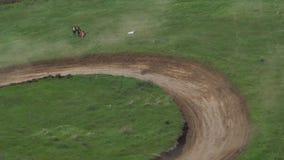 Concorsi delle automobili del carrozzino su una pista del suolo stock footage