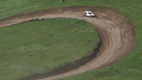Concorsi delle automobili del carrozzino su una pista del suolo video d archivio