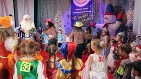 Concorso del costume dei bambini del nuovo anno video d archivio
