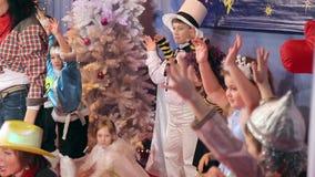 Concorso del costume dei bambini del nuovo anno, animatori stock footage