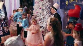 Concorso del costume dei bambini del nuovo anno, gioco di bambini video d archivio
