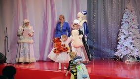Concorso del costume dei bambini del nuovo anno, presentazione dei regali ai vincitori stock footage